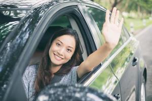 mulher acenando do carro foto