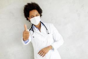 médico fazendo sinal de positivo foto