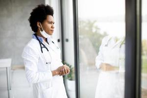 médico preocupado olhando pela janela foto
