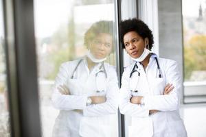 médico pensando enquanto olha pela janela foto