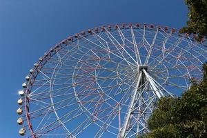 roda gigante com céu azul no parque de diversões foto