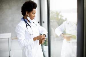 médico checando a hora foto