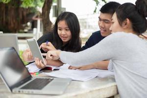 estudantes asiáticos estudando juntos foto