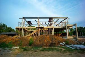 paisagem da casa em construção com um fundo de céu azul. foto