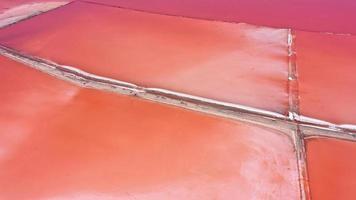 Foto aérea de drone de cima para baixo de um lago kuyalnik rosa natural em Odessa, Ucrânia