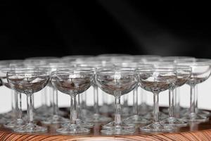 muitos elegantes copos vazios de vinho ou champanhe foto