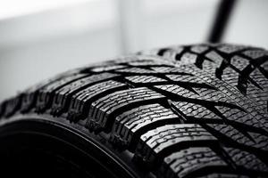 pilha de novos pneus de carro de alto desempenho foto