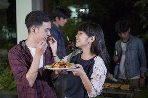 casal romântico se alimentando foto