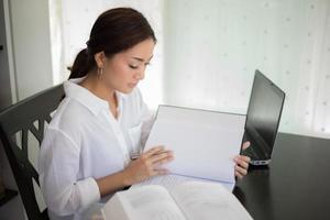mulher lendo e estudando na mesa foto