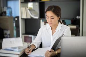 mulher de negócios ou estudante trabalhando na mesa foto