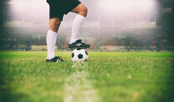 jogador de futebol ou futebol americano em pé com a bola no campo foto