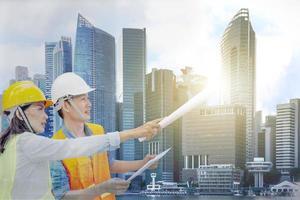 a imagem de dupla exposição do gerente de engenharia com vista da cidade, construção de vida na cidade e conceito de plano futuro foto
