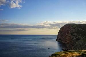 vista do mar com vista para as rochas em balaklava da Crimeia foto