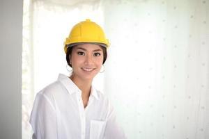 engenheira usando capacete foto