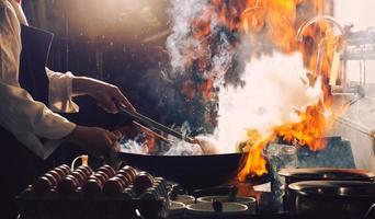chef está mexendo a comida foto