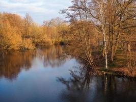 árvores refletidas em um lago no voorveldse polder city park utrecht, holanda foto