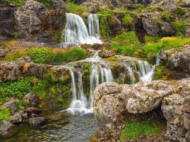 cachoeiras em dynjandi nos fiordes ocidentais da islândia foto