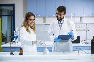 pesquisadores fazendo experimentos foto