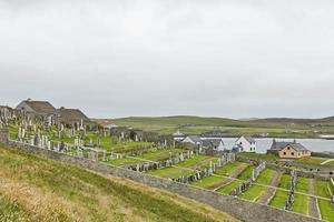 cemitério em uma colina de frente para o mar do norte em lerwick nas ilhas shetland na escócia reino unido foto