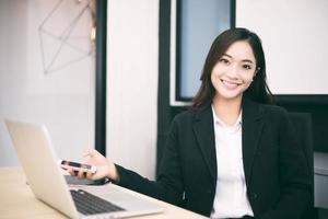 mulher de negócios sentada na mesa foto