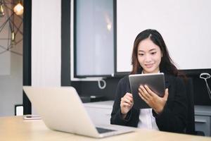 mulher no escritório usando tablet digital foto