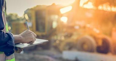 trabalhador no local com tablet digital foto