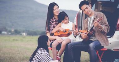 acampamento em singalong com família ukulele foto