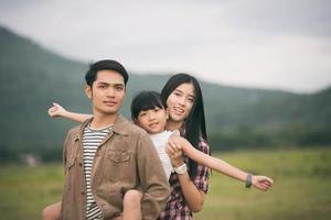 pai e duas filhas caminhando do lado de fora foto