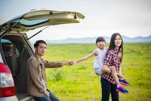 família com criança pequena em uma viagem de acampamento foto