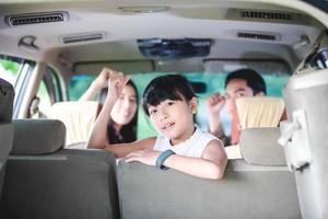 garota animada para um passeio de carro foto