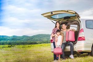família asiática em viagem foto