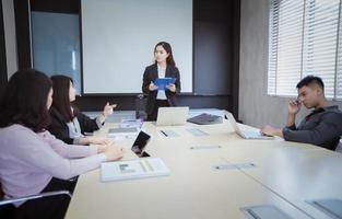 reunião de negócios na mesa de conferência foto