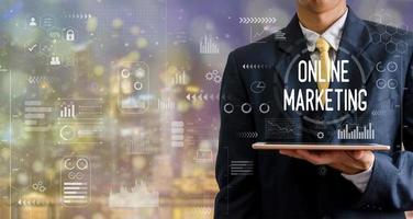 finanças empresariais e tecnologia. conceito de investimento. investir no mercado de ações e fundos. empresário analisa dados financeiros, gráficos e negociação forex em um tablet. foto