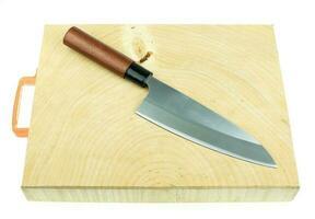 faca de cozinha e bancada de bloco de açougueiro de madeira em um fundo branco foto