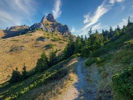 bela paisagem matinal com trilha até o pico da montanha foto