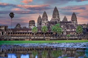 pôr do sol no templo de Angkor Wat em Siem Reap, Camboja foto