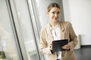 mulher profissional com tablet foto