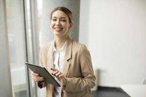 mulher sorrindo e usando tablet foto