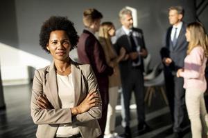 mulher profissional posada na frente de uma reunião foto