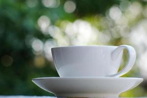 xícara de café no fundo da mesa e café da manhã foto
