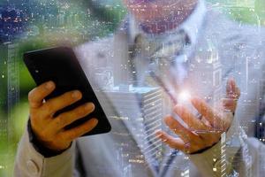 empresário usando um smartphone e trabalhando no conceito de tecnologia foto