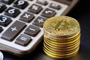 moedas de criptomoeda na mesa e conceito de moeda digital foto