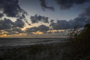 Tempestade de nuvens de tempestade passando sobre o mar foto