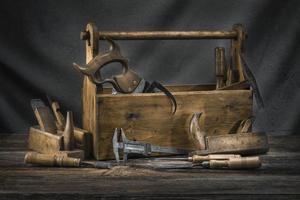 natureza morta com caixa de ferramentas de carpintaria vintage de madeira velha foto