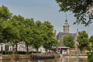vista do rio e da igreja em vlissingen zeeland holanda foto