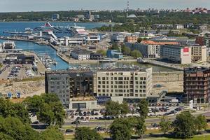 vista da cidade e do porto da cidade de tallinn na estônia foto
