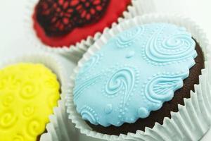 três cupcakes coloridos foto