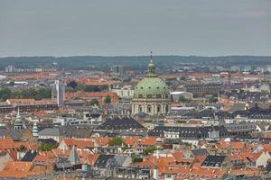horizonte da cidade escandinava de copenhague, na dinamarca, durante um dia nublado foto