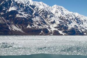 pequenos icebergs flutuando no mar perto da geleira de hubbard no Alasca foto