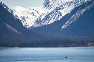 pequeno navio no grande deserto do Alasca foto